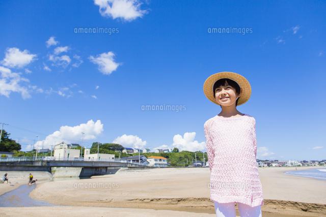 麦わら帽子の女の子と青空10158005481の写真素材イラスト素材