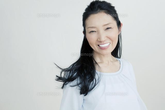 綺麗な50代女性10161015421の写真素材イラスト素材アマナイメージズ