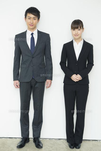 スーツ姿の20代男女10161018315の写真素材イラスト素材アマナ