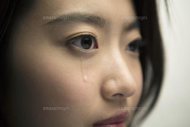 涙を流す20代女性[10161018673]...