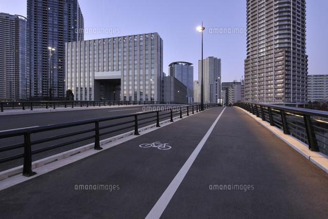 豊洲橋の歩道と豊洲の高層ビル群...