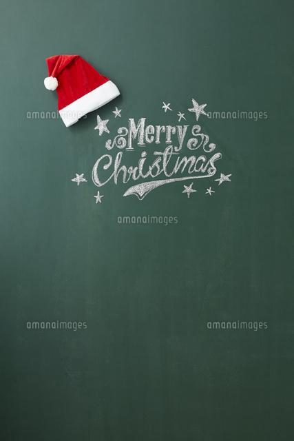 黒板に描かれたメリークリスマスの文字とサンタの帽子10179009679の