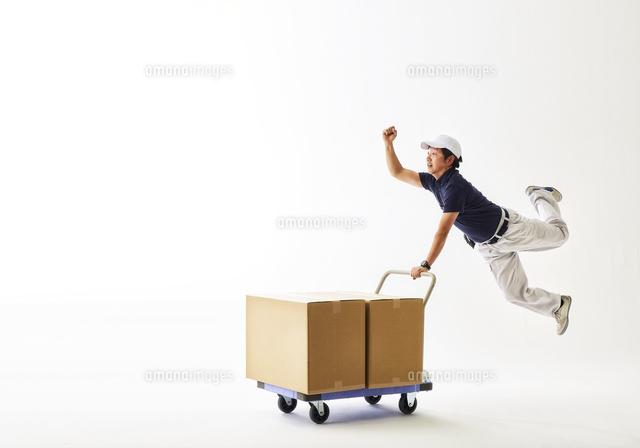 白バックの空間で荷物の乗った台...