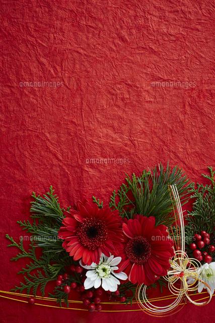 赤い和紙上の水引と花の正月飾り10179015244の写真素材イラスト素材