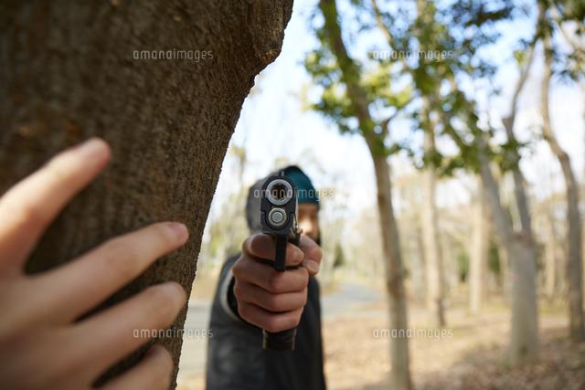 こちらに向かって銃を構えている男性 10179017462 の写真素材