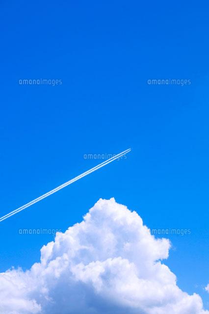 青空と入道雲と飛行機雲10185000009の写真素材イラスト素材アマナ