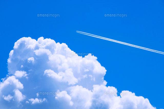 青空と入道雲と飛行機雲10185000013の写真素材イラスト素材アマナ