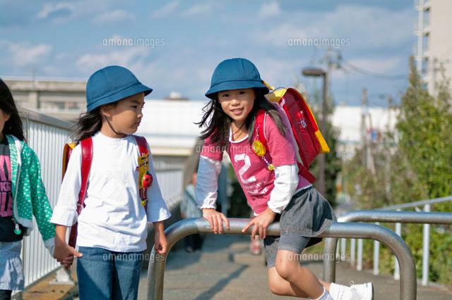 登下校中の小学生たち[10231000352]の写真素材・イラスト素材|アマナ ...