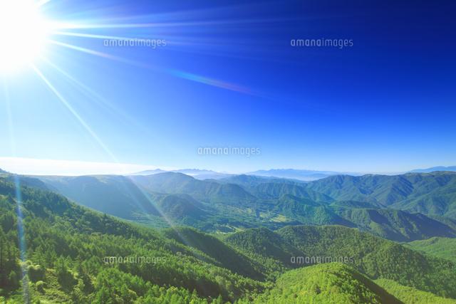 富士山と八ヶ岳と南アルプスの山並みと太陽の光芒10247021493の写真