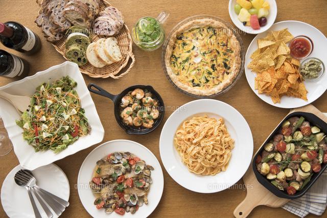 ホームパーティーのイタリア料理とワイン10248019404の写真素材