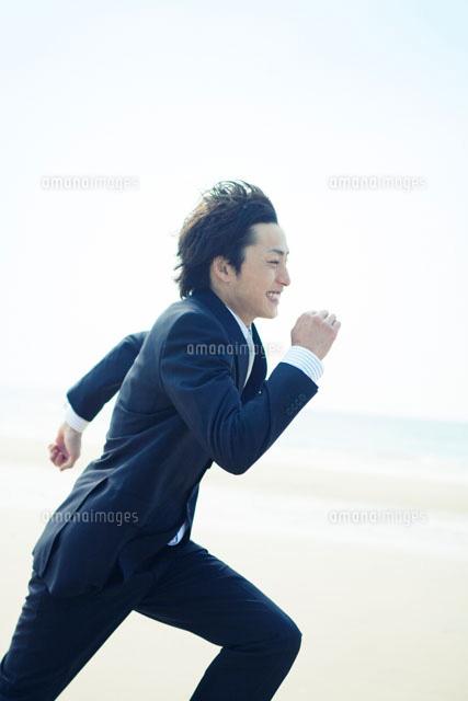走っている男性10250002044の写真素材イラスト素材アマナイメージズ