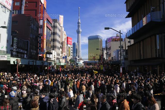 元日の浅草雷門前の人混みと東京スカイツリー10252010135の写真素材