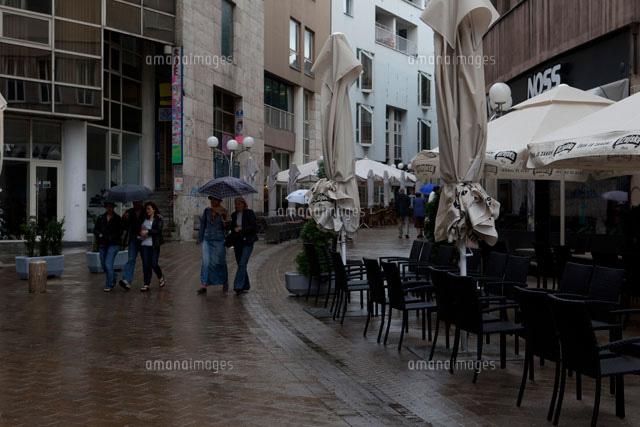 街中の通行人10261001023の写真素材イラスト素材アマナイメージズ