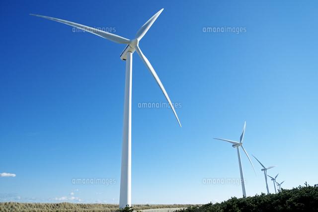 海岸に並ぶ白い風力発電風車10268000913の写真素材イラスト素材