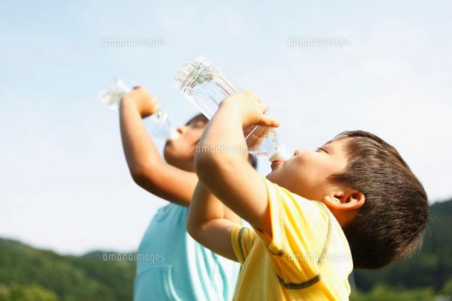水を飲む弟と姉[10272000742]の写真素材・イラスト素材|アマナイメージズ
