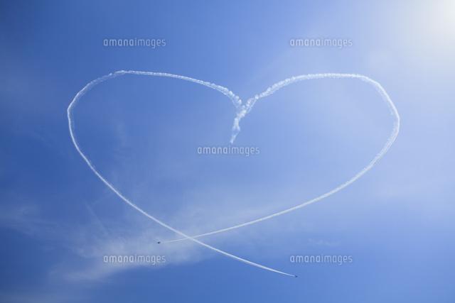 ブルーインパルスのハート型の飛行機雲10322000810の写真素材