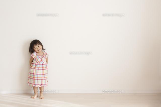 恥ずかしそうに笑うかわいい女の子10337000566の写真素材イラスト