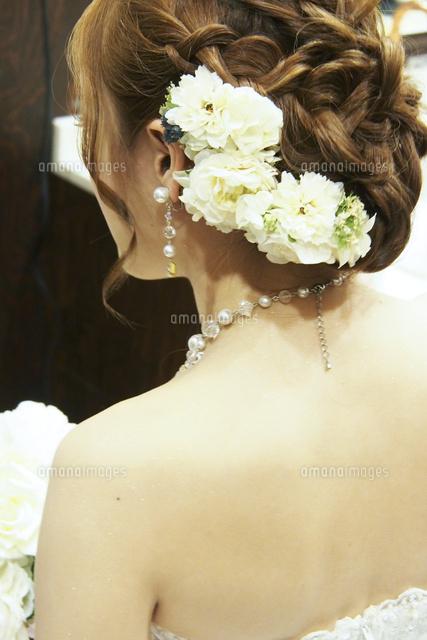 結婚式で髪に花飾りをつけた花嫁の後ろ姿10337000753の写真素材