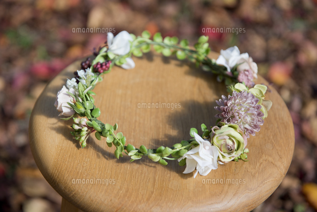 椅子の上の花かんむり10342000269の写真素材イラスト素材アマナ