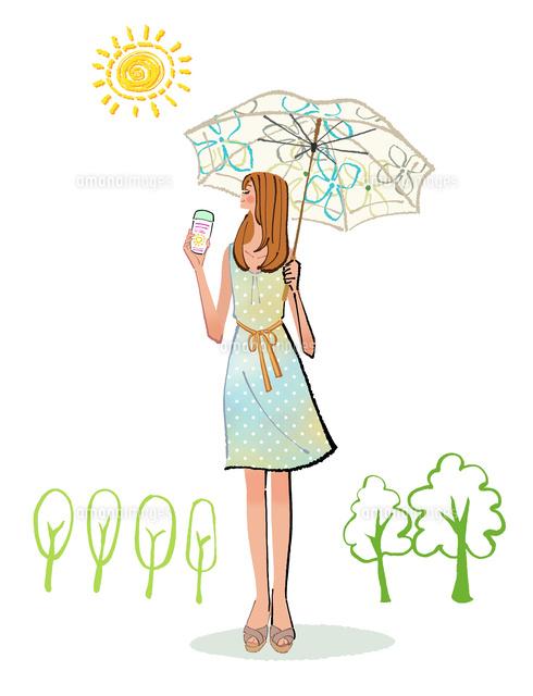 夏に日傘を差し日焼け止めを塗るワンピースの女性10402000119の写真
