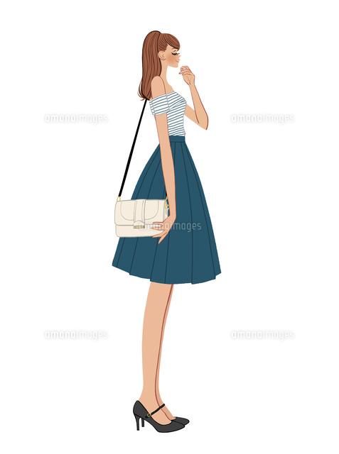 バッグを肩にさげる横向きの女の子10402000247の写真素材イラスト