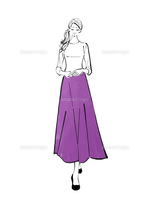 ロングスカートを履いて立つまとめ髪の女性10402000259の写真素材