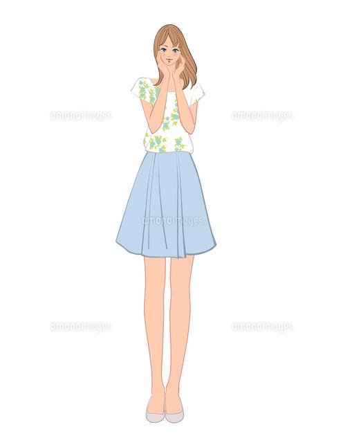 両頬に手を当てて立つミニスカートの女性10402000295の写真素材