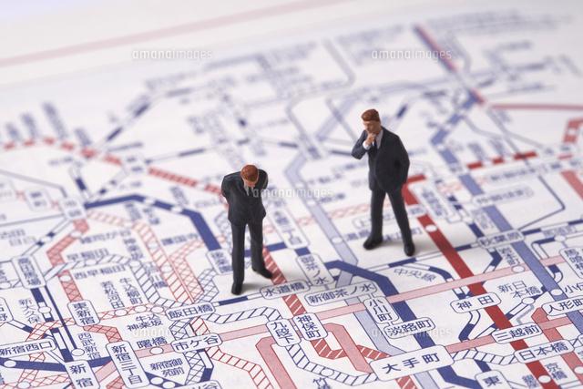 ビジネスマンのミニチュア人形と路線図10404017047の写真素材