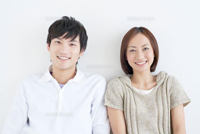 笑顔の日本人カップル10417000830の写真素材イラスト素材アマナ