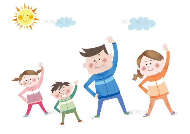ラジオ体操をする笑顔の親子10431000164の写真素材イラスト素材