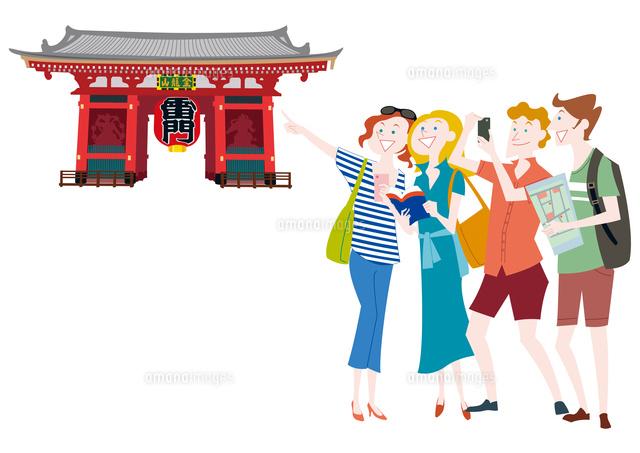 外国人観光客の日本観光 浅草雷門10431000293の写真素材