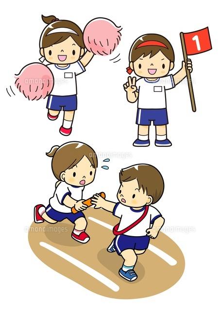 運動会で応援をする子供と1位の子と走る子供10468000079の写真素材