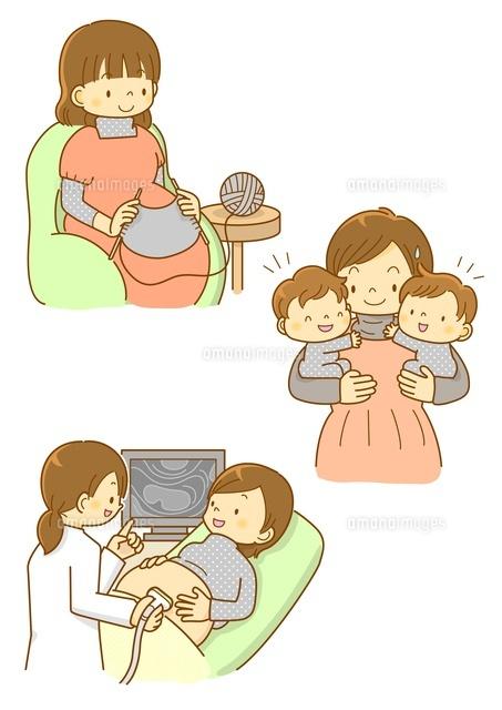 双子のママと赤ちゃんの様子を見るお医者さん10468000118の写真素材