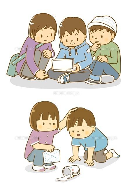 ゲームをする子供たちと牛乳をこぼす子供10468000148の写真素材