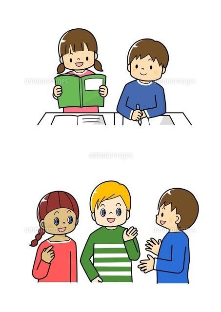 教科書を読む生徒外国の子供と話す小学生10468000218の写真素材