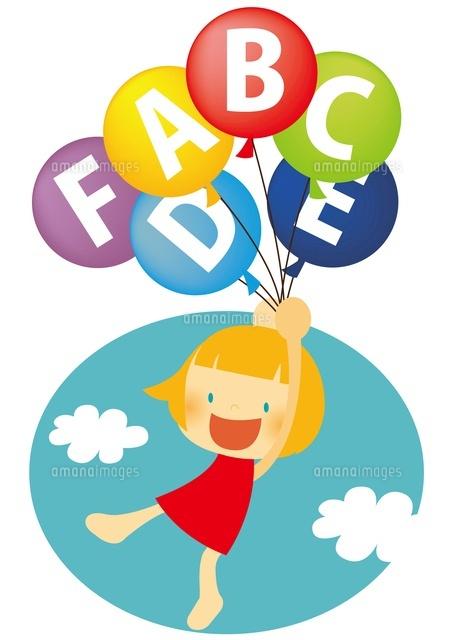アルファベットの風船で空を飛ぶ女の子10490000017の写真素材