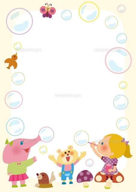 シャボン玉で遊ぶ女の子と動物のフレーム10494000070の写真素材