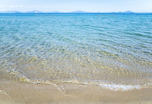 遠くに島並みを見る瀬戸内海の波打ち際10573005757の写真素材