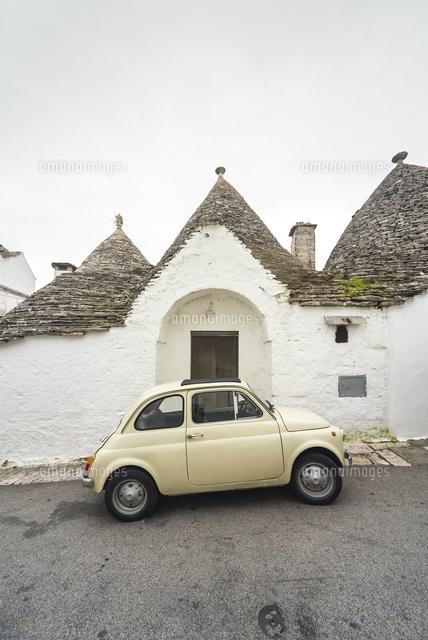 トゥルッリの前に可愛い車を見る風景10573006478の写真素材イラスト