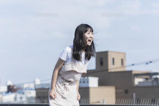 叫ぶ女の子10622001100の写真素材イラスト素材アマナ