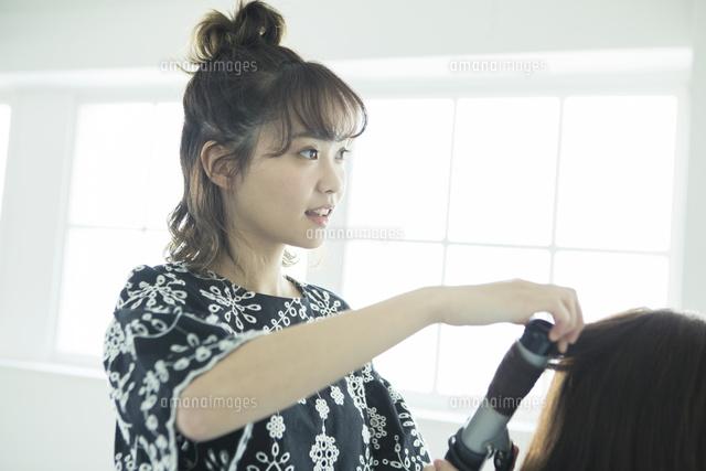 女性の髪の毛をスタイリングする女性美容師[10626002591]の写真素材 ...