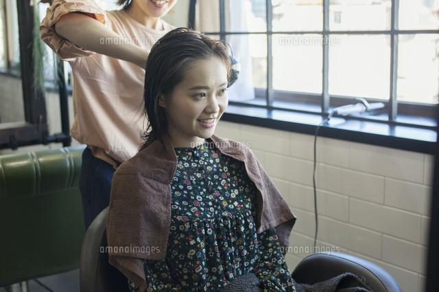 濡れた髪を乾かしてもらう代女性 の写真素材 イラスト素材 アマナイメージズ