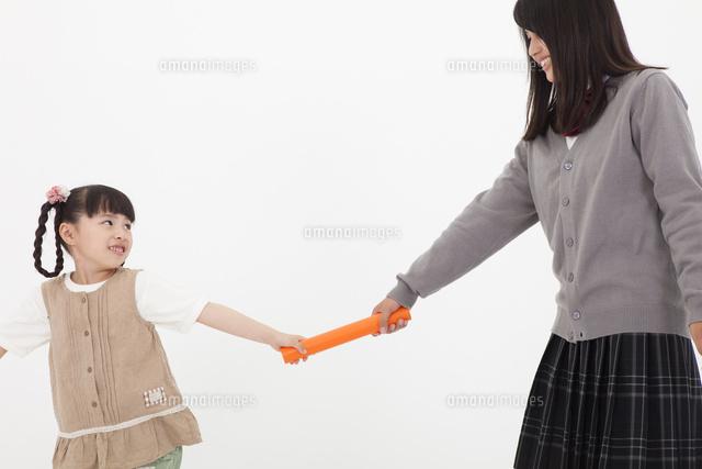 バトンパスをする姉妹10726003473の写真素材イラスト素材アマナ