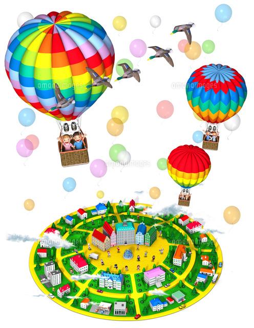 気球に乗る家族と丘の街俯瞰風船カモ10734000089の写真素材