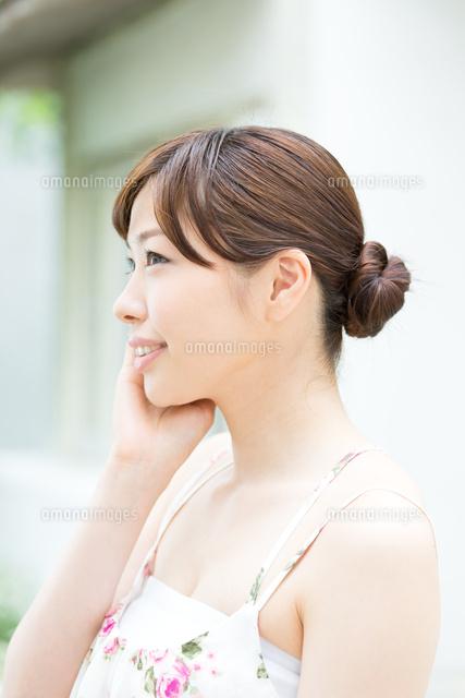 キャミソールの美しい女性10736000855の写真素材イラスト素材
