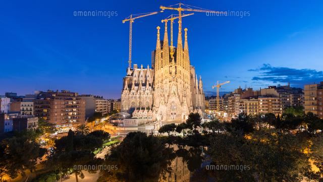 バルセロナ 夜景のサグラダファミリアのパノラマ の写真素材 イラスト素材 アマナイメージズ