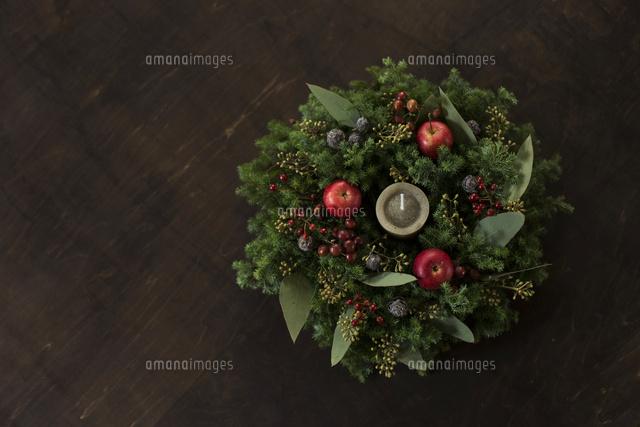 姫リンゴとグリーンのナチュラルなクリスマスリースのアレンジメント