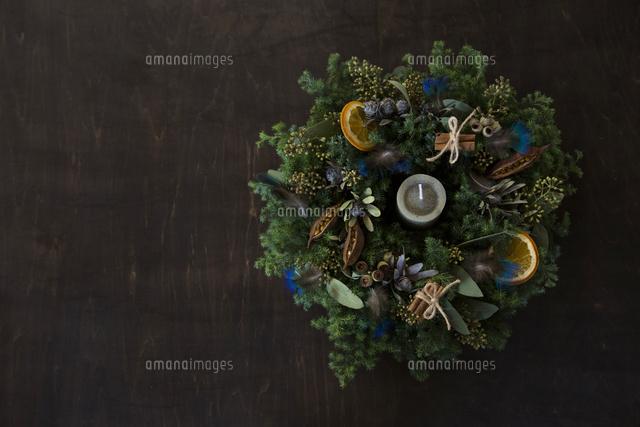 羽やフルーツをあしらったナチュラルなクリスマスリースのアレンジメント