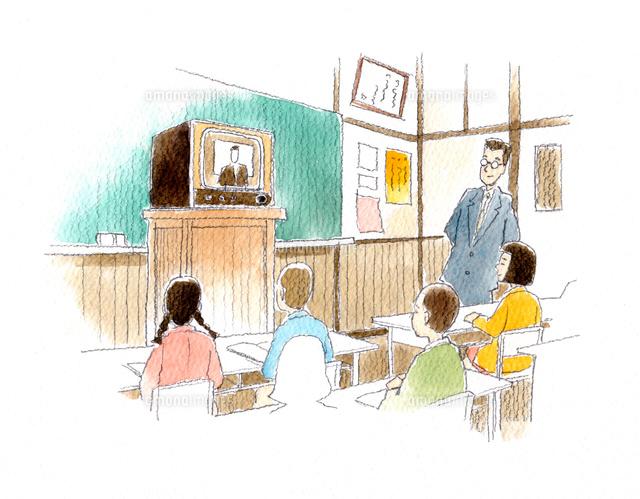 皆でテレビのニュースを観ている昭和の小学校の教室 の写真素材 イラスト素材 アマナイメージズ