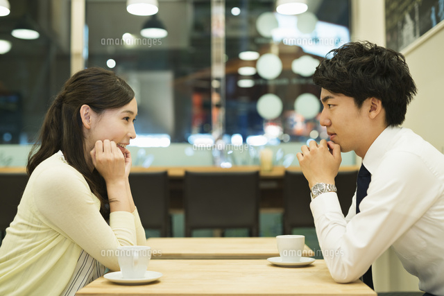 カフェで見つめ会うカップル10904000460の写真素材イラスト素材